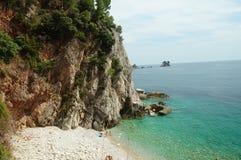 山包围的小盐水湖,海滩的五颜六色的看法 免版税库存图片