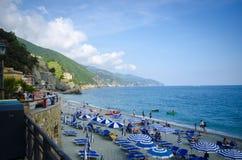 山包围的意大利海滩前 免版税库存照片