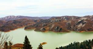 山包围的湖 库存图片