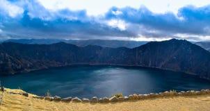 山包围的湖 免版税库存照片