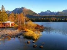 山反射在湖 免版税库存照片
