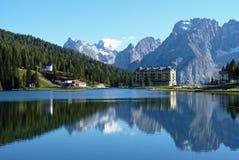 山反射在湖Misurina 库存图片