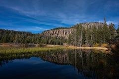 山反射在马麦斯湖,加利福尼亚的水中 库存图片