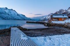 山反射, Ersfjordbotn,挪威风景  免版税库存图片