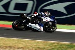 山叶YZF山叶世界超级摩托车队R1,驾驶由行动的马尔科・梅兰德里在伊莫拉电路的超级摩托车实践期间 免版税库存图片