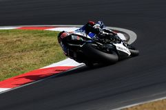 山叶YZF山叶世界超级摩托车队R1,驾驶由行动的马尔科・梅兰德里在伊莫拉电路的超级摩托车实践期间 图库摄影
