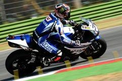 山叶YZF山叶世界超级摩托车队R1,驾驶由行动的马尔科・梅兰德里在伊莫拉电路的超级摩托车实践期间 库存图片