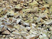 山向长得太大扔石头与Brenta白云岩的青苔作为a 免版税库存图片