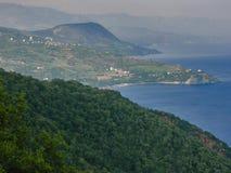山和一块海岸平原看法  免版税库存照片