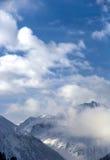山和一朵云彩峰顶看法在意大利阿尔卑斯 免版税图库摄影