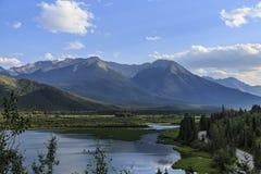 山和不列颠哥伦比亚省,加拿大湖视图  免版税库存照片