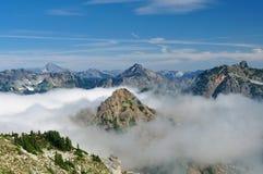 山和云彩。 免版税库存照片