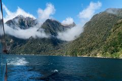 山和云彩在Milford Sound在船上游轮 免版税库存照片