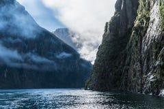 山和云彩在Milford Sound,新西兰 免版税库存图片
