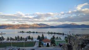 山和云彩由湖 免版税库存照片