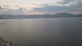 山和云彩由湖 图库摄影