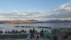山和云彩由湖 库存图片