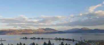山和云彩由湖 库存照片
