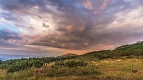 山和云彩的看法在日落 免版税库存照片