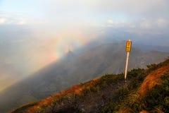 山和五颜六色的现象布罗肯峰幽灵的意想不到的看法 免版税库存图片