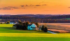 绵延山和农田看法在日落的在农村约克Co 库存照片