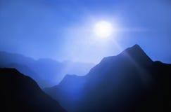 山和前面太阳 免版税库存照片