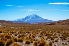 山和双突透镜的云彩 库存照片