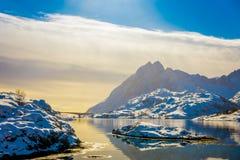 山和反射美好的室外看法在水中与一座Gimsoystraumen桥梁在horizont在Lofoten 库存图片