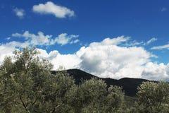 山和多云天空看法  免版税库存照片