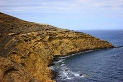 山和多岩石的海滩的美丽的景色 免版税图库摄影