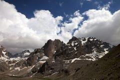 山和天空与云彩在好天儿 图库摄影