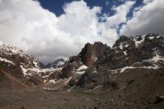 山和天空与云彩 库存图片