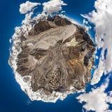 山和天空与云彩 图库摄影
