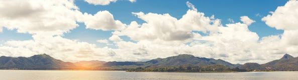 山和天空全景  免版税库存图片