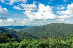 山和天空和云彩在所有季节 图库摄影