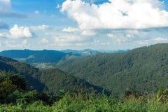 山和天空和云彩在所有季节 免版税库存照片