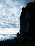 山和天空在剪影 库存图片