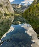 山和天空的反射在湖 库存照片