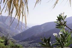 山和天空的看法从大阳台的窗口 免版税库存图片