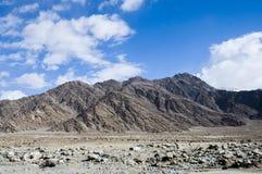 山和天空看法对Nubra谷, Leh 库存图片