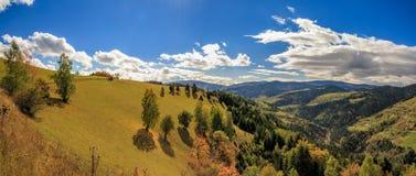 山和小山全景在秋天 库存图片