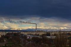 山和小山背景的城市  城市'塔尔迪库尔干' 库存照片