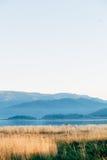 山和岩石在湖 图库摄影