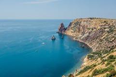山和岩石海岸天蓝色的黑海,海角Fiolent,克里米亚的美丽的景色 库存图片