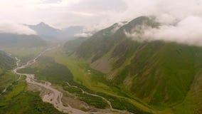 山和峡谷的鸟瞰图与山河 股票视频