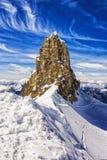 山和峭壁与雪,滑雪区域,铁力士峰山,瑞士 免版税库存图片