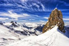 山和峭壁与雪,滑雪区域,铁力士峰山,瑞士 库存照片
