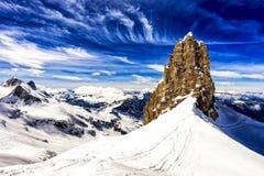 山和峭壁与雪,滑雪区域,铁力士峰山,瑞士 图库摄影