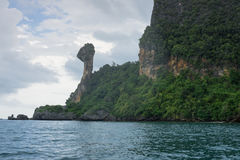 山和峭壁在鸡海岛上在Krabi,泰国 免版税库存图片