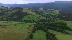 山和房子壮观的风景在山的低地 影视素材